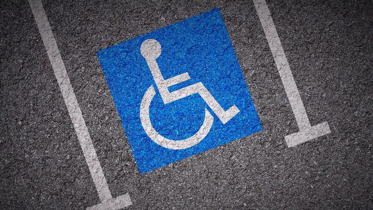 Un año de prisión y multa por aparcar en una plaza de discapacitados con una tarjeta falsa